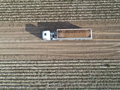 ciężarówka z uprawami - zdjęcie z drona