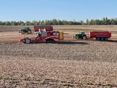 dwa traktory i kombajn