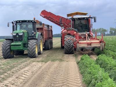 kombajn i traktor na polu uprawnym