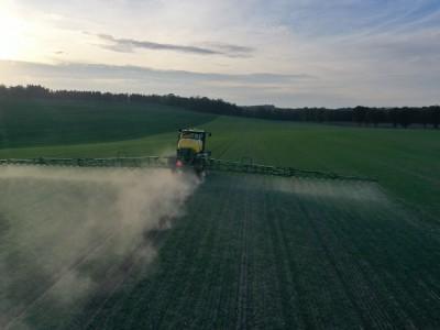 traktor spryskujący uprawy