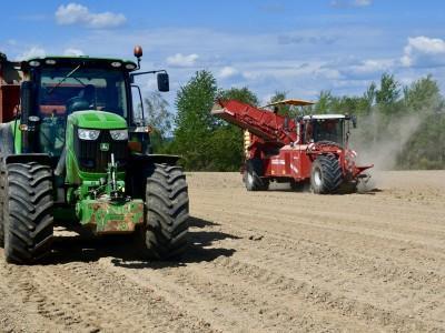 zielony traktor i czerwony kombajn